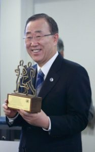 Secretary-General with the gift presented by UN Staff in RoK